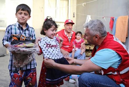 Türkmen çocukların bayramlıkları Kızılay'dan