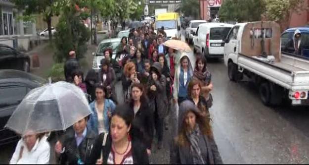 Yağmur altında protesto yaptılar!