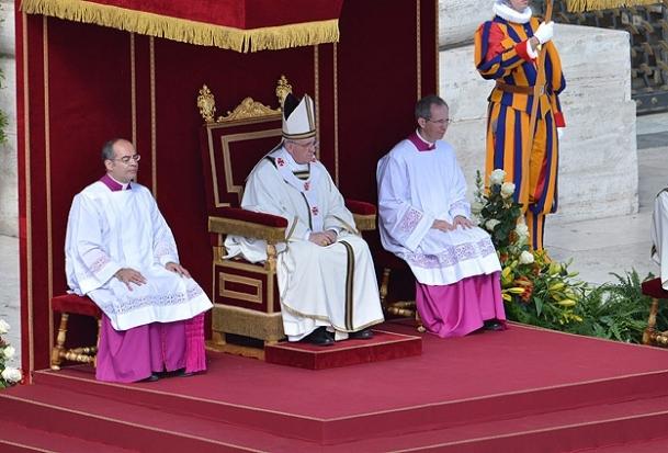 Yeni Papa görevine başladı
