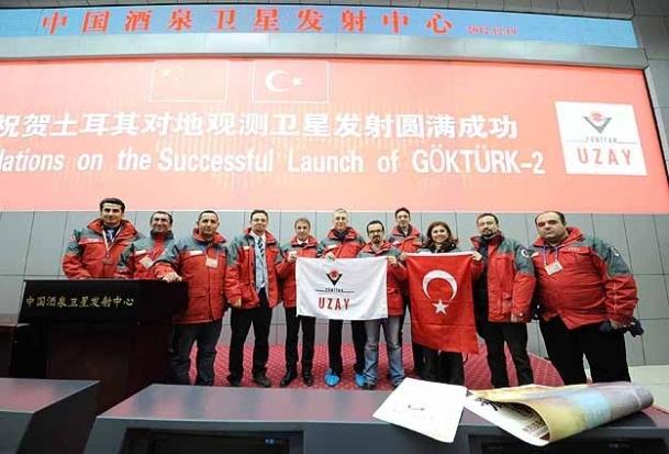 Yerli uyduya Türk bayraklı kutlama