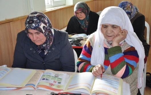 Yozgat'ta 70'lik nineler karnesini aldı
