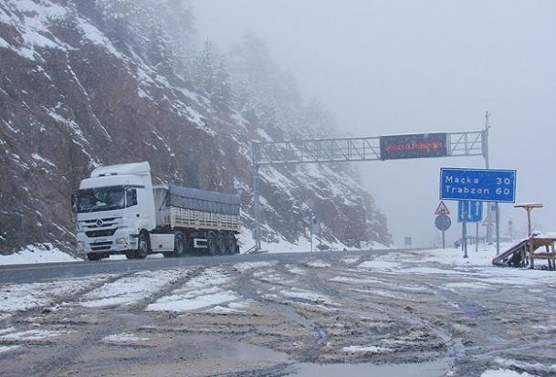 Zigana Dağı'na kar yağdı