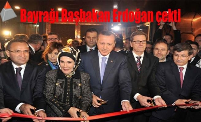 Bayrağı Başbakan Erdoğan çekti