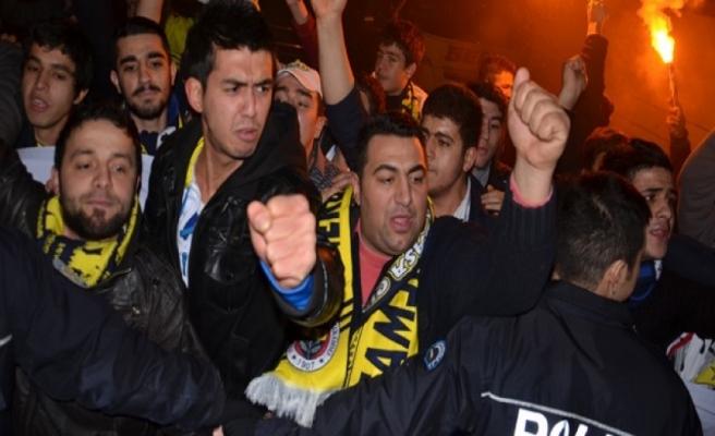 Fenerbahçe taraftarı tekme tokat birbirine girdi