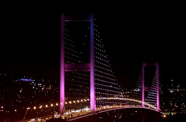 İstanbul'da köprüler pembeye büründü