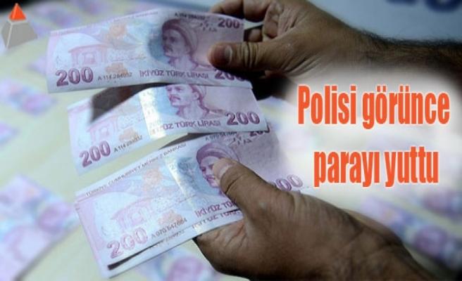 Polisi görünce parayı yuttu