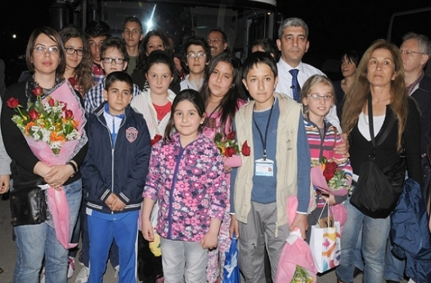 """""""Ağlayan Başbakan"""" çiçeklerle karşılandı"""
