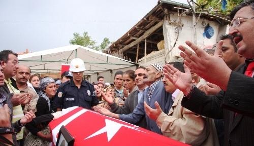 Şehit polis Kılıç, göz yaşları içinde toprağa verildi