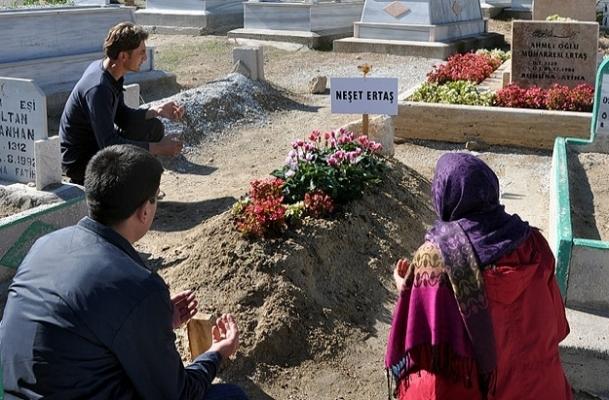 Sevenleri Ertaş'ın mezarına koştu