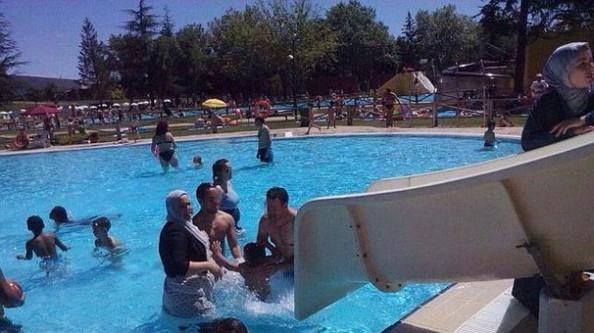 Tesettürle havuza girince olanlar oldu!