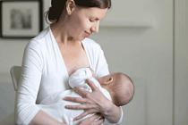 Aşı Yapılırken Emzirilen Bebekler Daha Az...