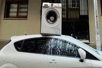 Arabanın üzerine çamaşır makinesı attı