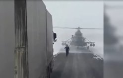 Helikopter otobana indi, pilot sürücülere yol sordu...