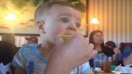 Sevimli bebeklerin limonla tanışma anları!