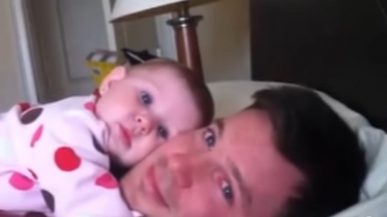 Babasının parmak şıklatması ile yatan sevimli bebek