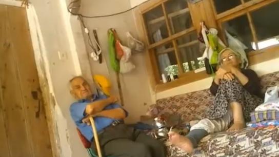 Berbere gitmeden önce saç yıkamayı tartışan yaşlı çift!