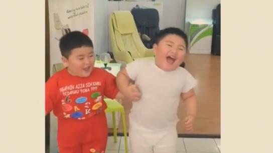 İkiz kardeşlerin güldüren halleri...